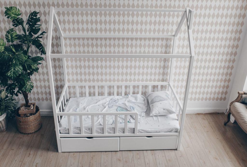 Кроватка домик на ножках. Белая и бука
